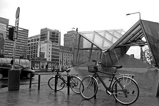 マルシャウコフスカ通り メトロの入口と自転車