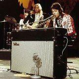 鍵盤に向かうポール・マッカートニー、フェンダー・ローズを弾く。