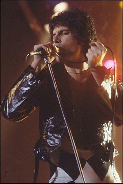 400px-Freddie_Mercury_performing_in_New_Haven,_CT,_November_1978