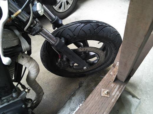 バイクのタイヤ (15)
