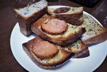 胡麻パンと焼き豚