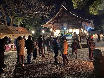 初詣の方で賑わう神明社