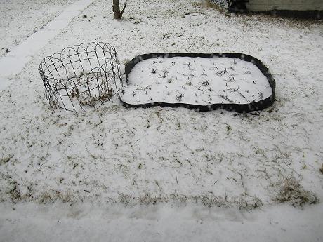 イースターの雪の庭