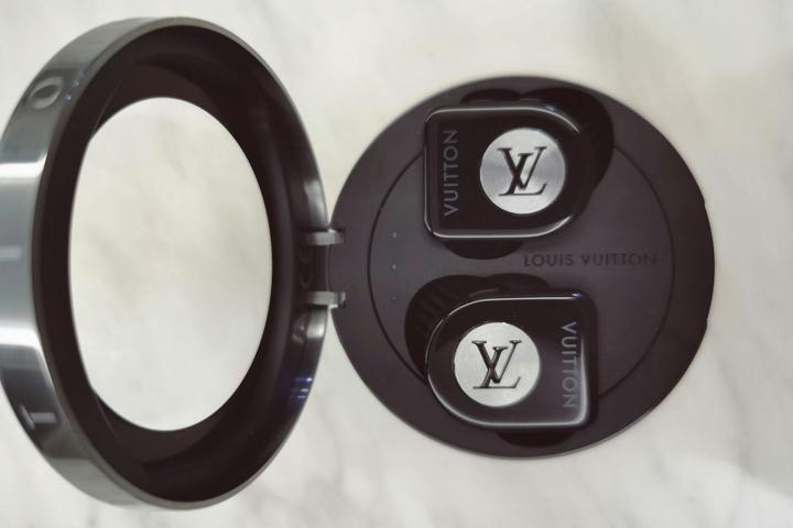 Louis_Vuitton_Horizon_Earphones_10.jpg
