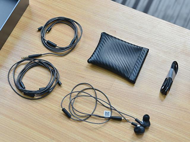 Mi_Quad_Driver_In-Ear_Headphones_04.jpg