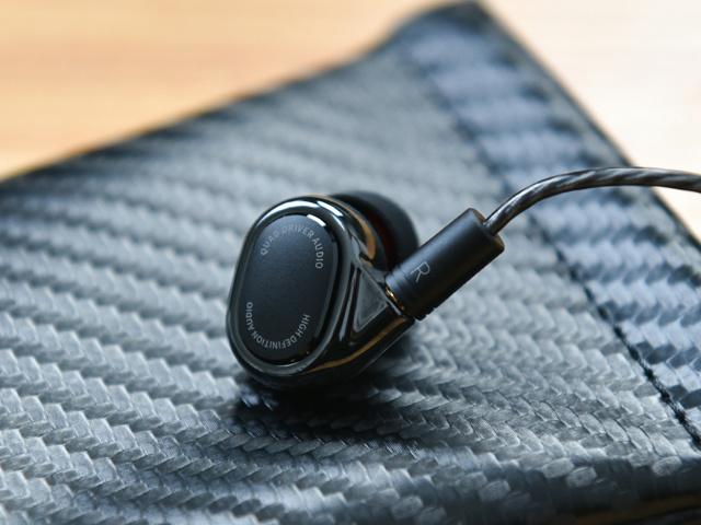 Mi_Quad_Driver_In-Ear_Headphones_05.jpg
