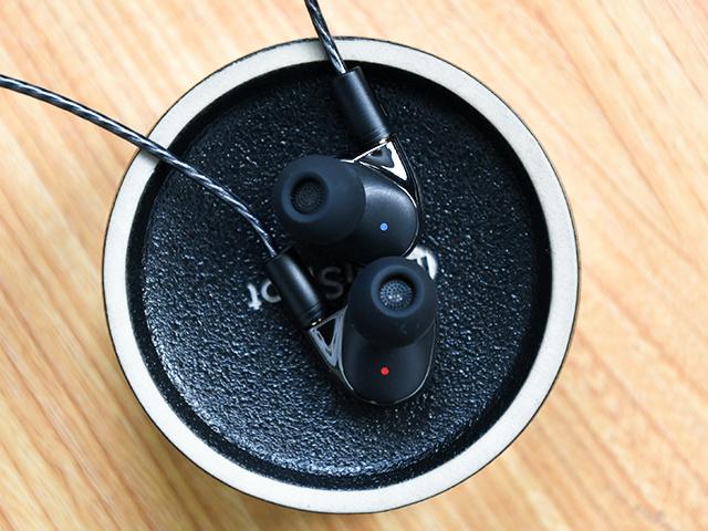 Mi_Quad_Driver_In-Ear_Headphones_06.jpg