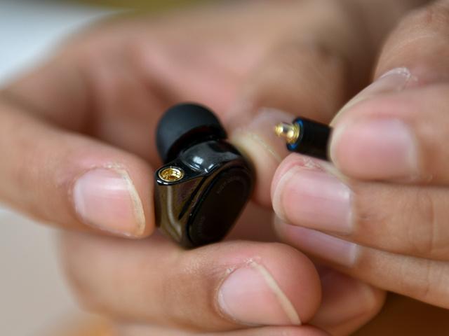 Mi_Quad_Driver_In-Ear_Headphones_07.jpg