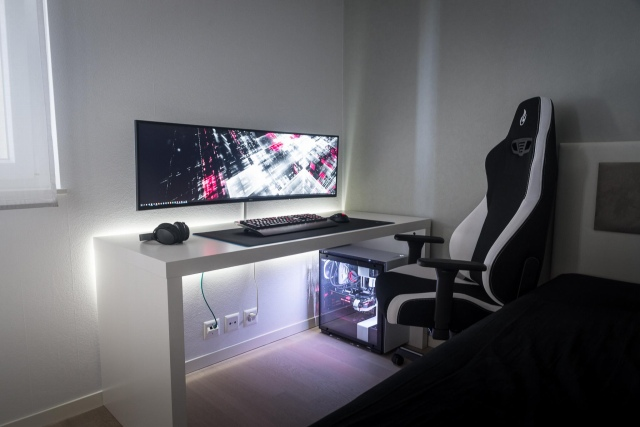 PC_Desk_UltlaWideMonitor49_70.jpg