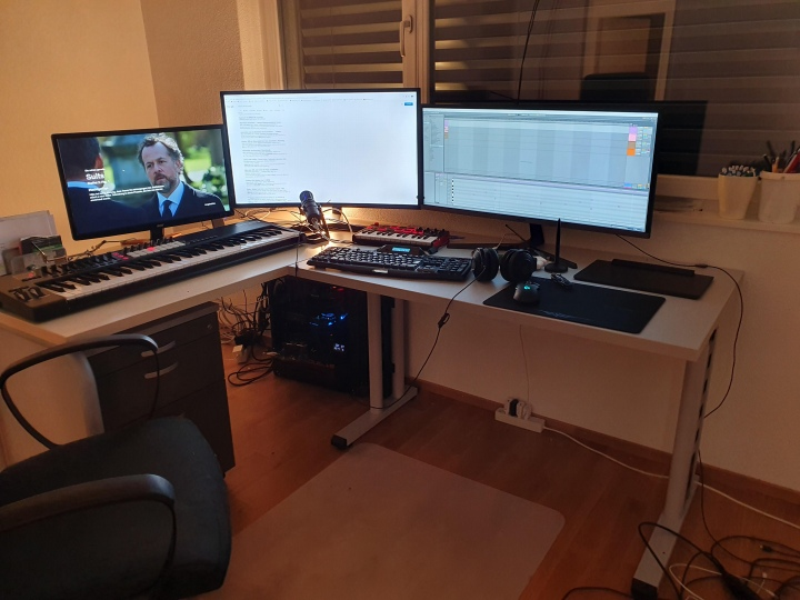 PC_Desk_UltlaWideMonitor50_37.jpg
