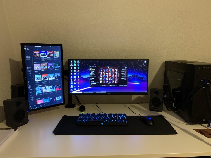 PC_Desk_UltlaWideMonitor50_67.jpg