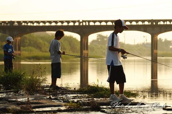 中山川橋と魚釣りの少年 愛媛県西条市小松町新屋敷
