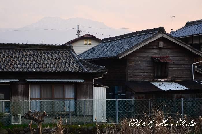 民家と石鎚山 愛媛県西条市大町