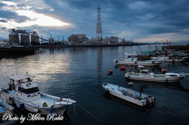 漁船と西条漁港 愛媛県西条市北浜北