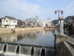 金比羅社の前の川